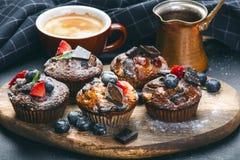 Verse, bosbessenmuffins op een steenachtergrond met suiker en vruchten De achtergrond van het voedsel Concept gebakje stock afbeeldingen
