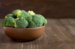 Verse broccoli in een bruine plaat op de houten rustieke lijst Royalty-vrije Stock Afbeelding