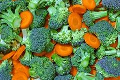 Verse broccoli en wortelen Stock Afbeelding