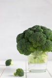 Verse broccoli in glas op een lichte achtergrond Royalty-vrije Stock Foto