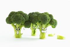 Verse broccoli met de doen schrikken gezichten van de beeldverhaalstijl op witte backgrou Stock Foto