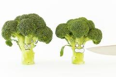 Verse broccoli met de doen schrikken gezichten van de beeldverhaalstijl op witte backgrou Stock Afbeelding