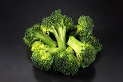 Verse broccoli met een zwarte achtergrond royalty-vrije stock foto