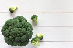Verse broccoli op een houten lijst, hoogste mening Royalty-vrije Stock Foto's