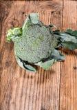 Verse broccoli op een lijst stock foto's