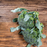 Verse broccoli op een lijst stock foto
