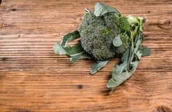 Verse broccoli op een lijst royalty-vrije stock afbeelding
