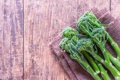 Verse broccoli op houten lijst dichte omhooggaand naast ruimte Royalty-vrije Stock Foto's