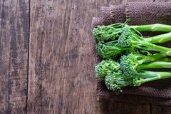 Verse broccoli op houten lijst dichte omhooggaand naast ruimte Royalty-vrije Stock Afbeeldingen