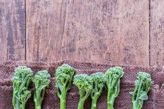 Verse broccoli op houten lijst dichte omhooggaande bovengenoemde ruimte Royalty-vrije Stock Foto