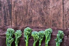 Verse broccoli op houten lijst dichte omhooggaande bovengenoemde ruimte Stock Afbeelding