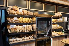 Verse brood en gebakjes op planken in bakkerij stock afbeeldingen