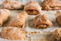 Verse broodjes of cakes van tarwe op het perkamentdocument stock afbeeldingen