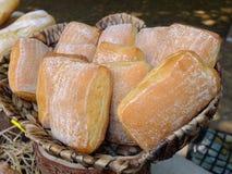 Verse broodjes in een mand stock fotografie