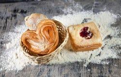 Verse broodjes in een mand Stock Afbeelding
