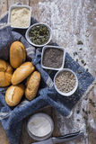 Verse broodjes en het vers gebakken brood van het papaverzaad Stock Foto