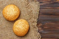 Verse broodjes op houten lijst Hoogste mening met ruimte voor uw tekst Stock Foto