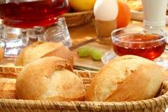 Verse broodjes voor ontbijt. stock fotografie