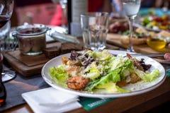 Verse Caesar-salade met een grote salade, geraspte kaas op een festiv stock foto