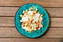 Verse caesar salade in witte plaat op houten lijst royalty-vrije stock afbeeldingen