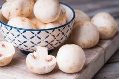 Verse champignons op een scherpe raad en in een kom Royalty-vrije Stock Fotografie