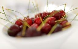 Verse cherrys in witte plaat Het concept van het voedsel isoleer het 3d teruggeven stock illustratie