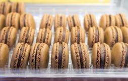 Verse chocolade macarons of makarons voor verkoop bij markt stock foto