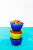 Verse chocolademuffins in siliconehouders Stock Foto's