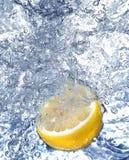 Verse citroen in koud water stock afbeelding