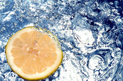 Verse citroen in koud water royalty-vrije stock foto