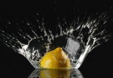 Verse citroen met plons stock fotografie