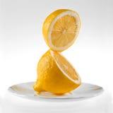 Verse citroen op een witte achtergrond royalty-vrije stock afbeeldingen