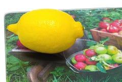 Verse citroen op het hakbord Stock Afbeelding