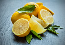 Verse citroen op zwarte steen stock foto's
