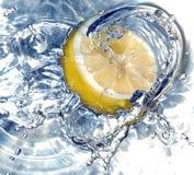Verse citroen in water Royalty-vrije Stock Afbeeldingen