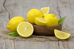 Verse citroenen in een kom Stock Afbeeldingen