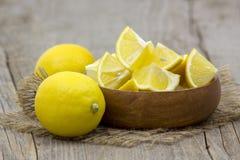Verse citroenen in een kom Stock Afbeelding