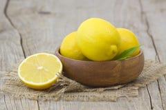 Verse citroenen in een kom Stock Foto's
