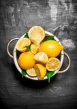 Verse citroenen in een kom Stock Fotografie