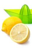 Verse citroenen en citroen juicer die op wit worden geïsoleerd. Stock Fotografie