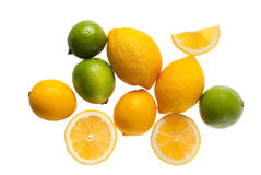 Verse citroenen en kalk op een witte achtergrond stock afbeeldingen