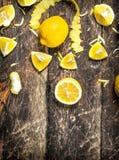 Verse citroenen met schil royalty-vrije stock fotografie