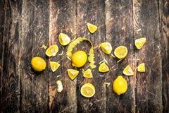 Verse citroenen met schil stock foto