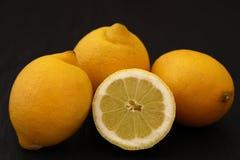 Verse Citroenen met vitamine C stock foto