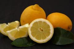 Verse Citroenen met vitamine C stock afbeeldingen
