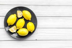 Verse citroenen op de plaat op witte houten hoogste mening als achtergrond copyspace Royalty-vrije Stock Foto's