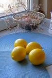 Verse citroenen op een blauw portret als achtergrond wijd Royalty-vrije Stock Afbeeldingen