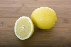Verse citroenen op lijst Royalty-vrije Stock Afbeeldingen
