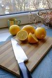 Verse citroenplakken en een messenportret wijd Stock Foto