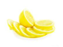 Verse citroenplakken op wit Stock Fotografie